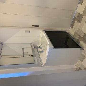 白いキューブデザインのスタイリッシュなお家